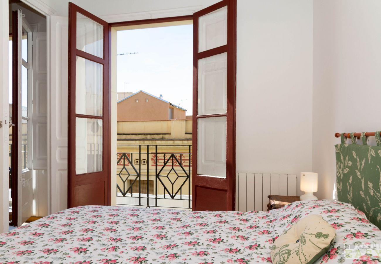 Dormitorio con vistas al barrio Gracia en Barcelona