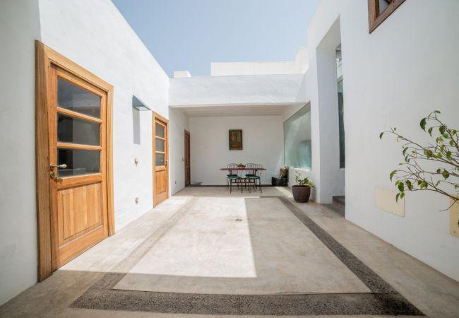 Casa en Haría - Lanzarote Villa historica con terraza y jardín  by Lightbooking
