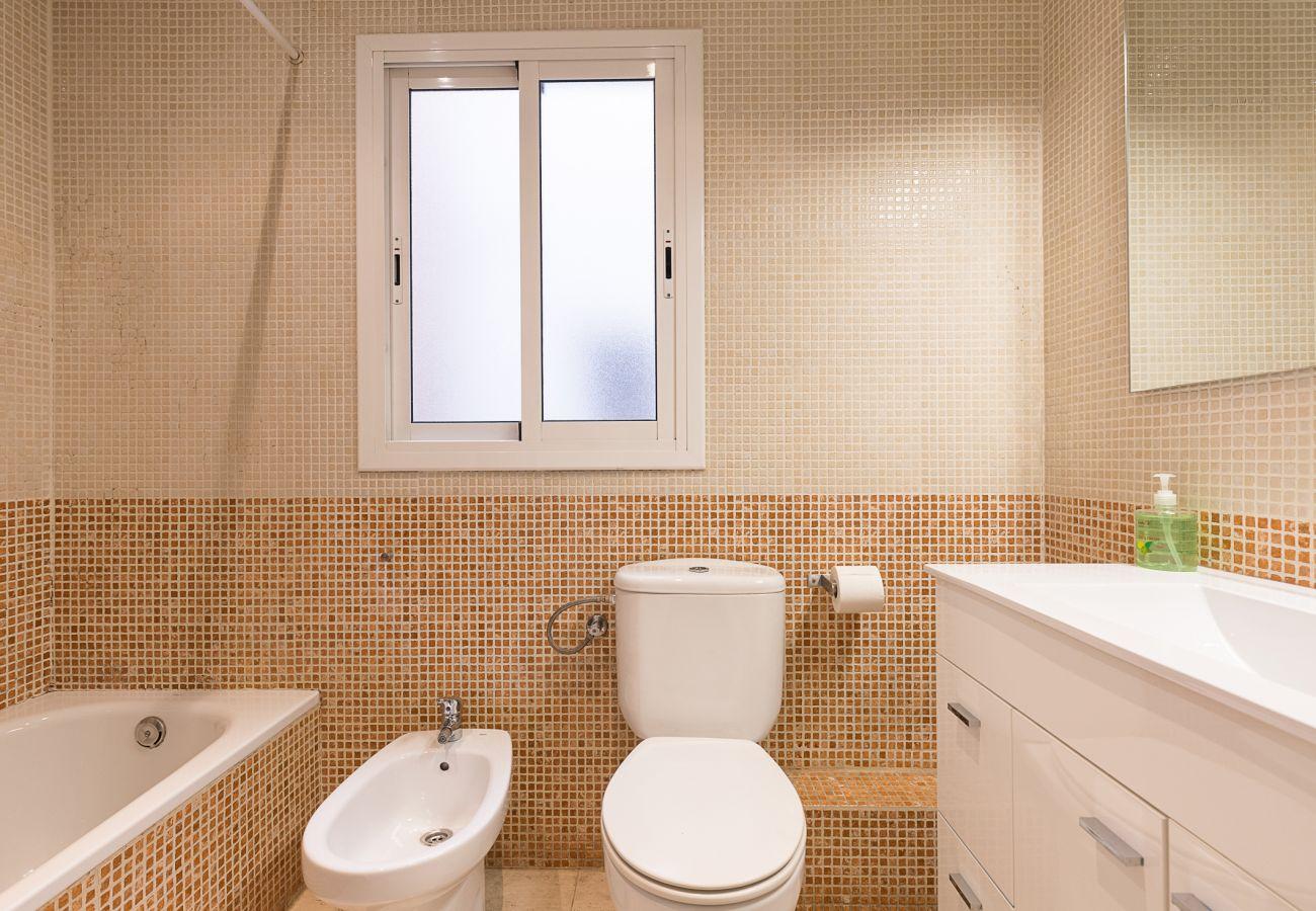 bathroom with bathtub, complete, practical in the house plaza españa barcelona
