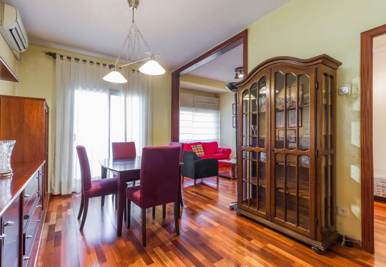 Grand salon avec balcon appartement PORT I près du port de Barcelone