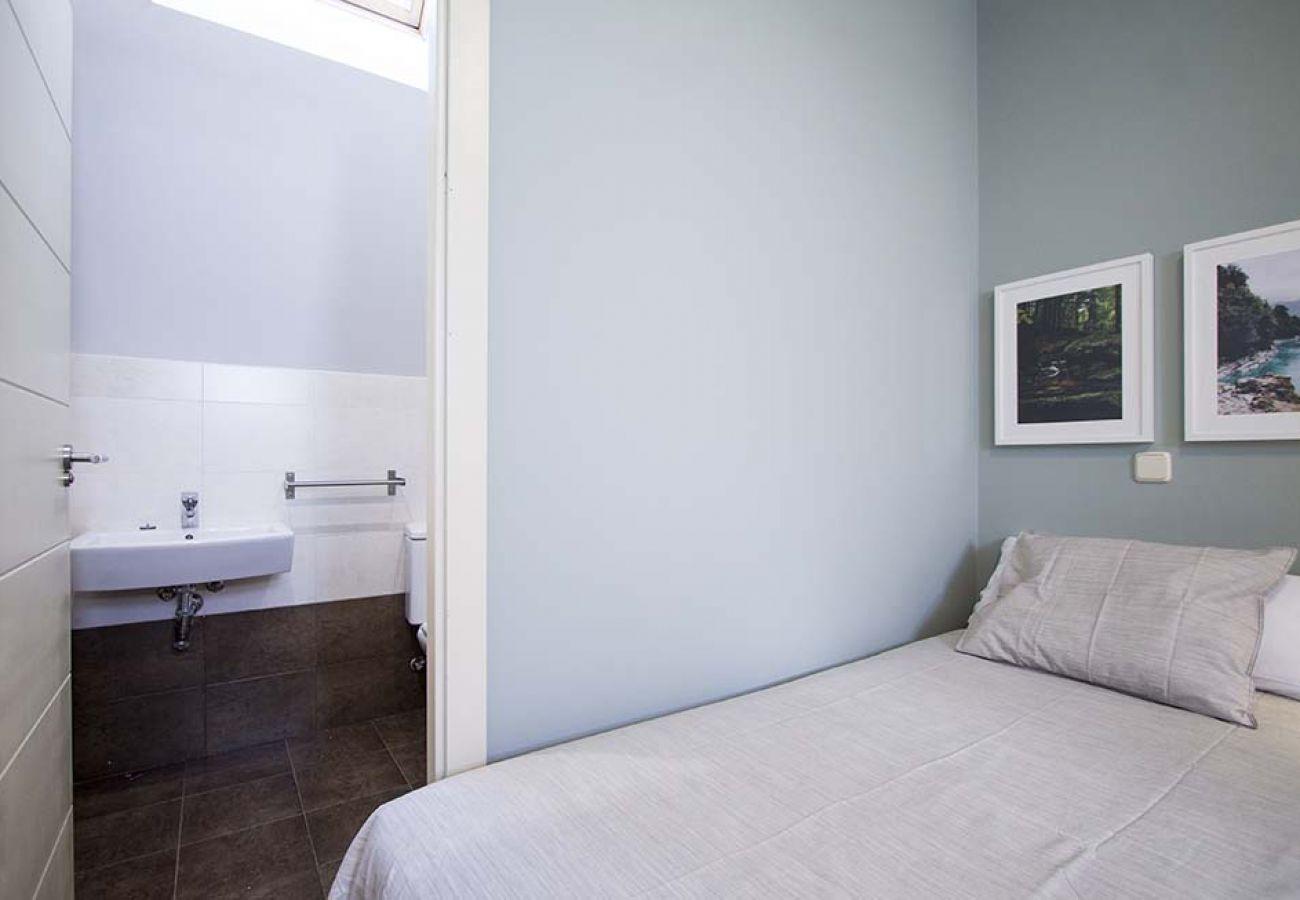 Appartement à Madrid - CUATRO TORRES-CASTELLANA- H. LA PAZ- DUPLEX GRAN TERRAZA- 2 ROOMS, 6 PAX